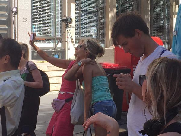 Curiosos se hacen 'selfies' frente a cafetería tomada por terrorista en Sídney