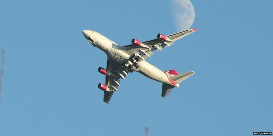 Avión no puede aterrizar en Inglaterra por fallo en el tren de aterrizaje