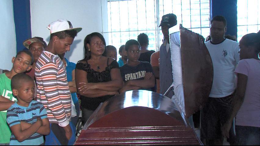 Velan restos de colmadero asesinado por esposo de clienta insatisfecha