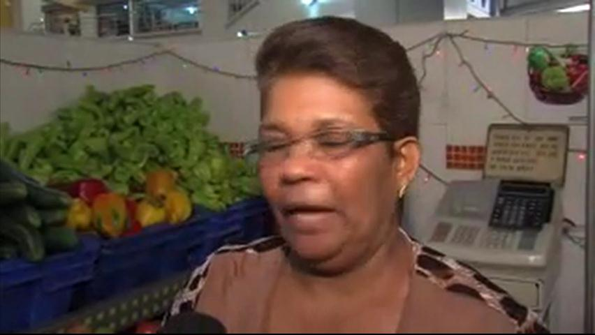 Abarrotado mercado de Villa Consuelo; personas se quejan de los precios
