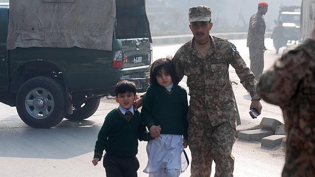 Al menos 84 niños muertos en ataque a colegio en Pakistán