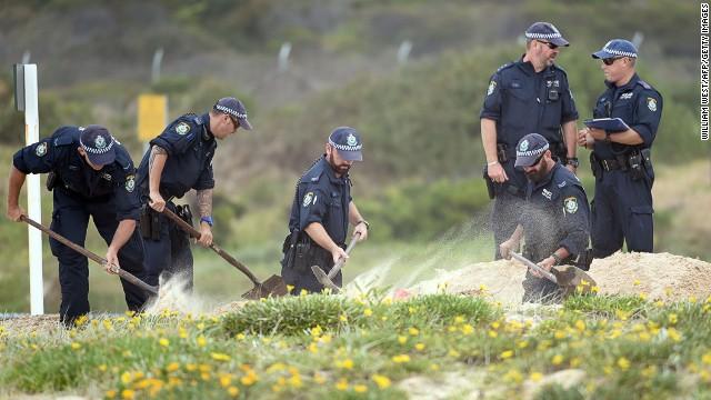 Niños descubren una bebé enterrada en una playa