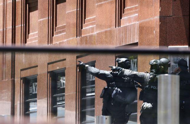 Escapan 5 rehenes del café de Sídney tomado por un islamista