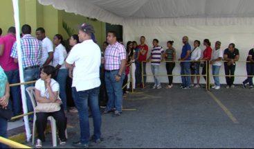 Cientos de personas se presentan a la JCE en busca de la nueva cédula