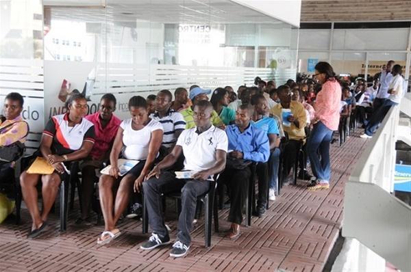 Decenas de extranjeros abarrotan los centros de regularización