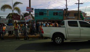 Grupos a favor  y en contra del alcalde SFM se manifiestan frente al Palacio de Justicia