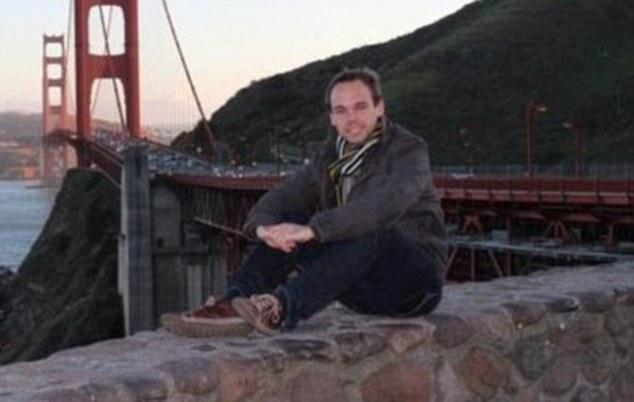 Familiares de víctimas Germanwings atacan escuela donde estudió piloto suicida