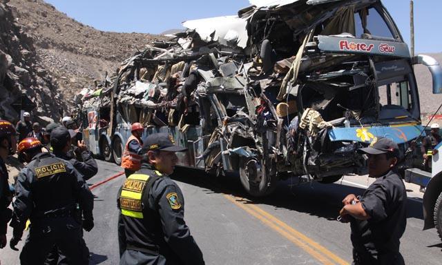 Al menos 11 muertos y 41 heridos al caer camión de un puente en sur de Perú