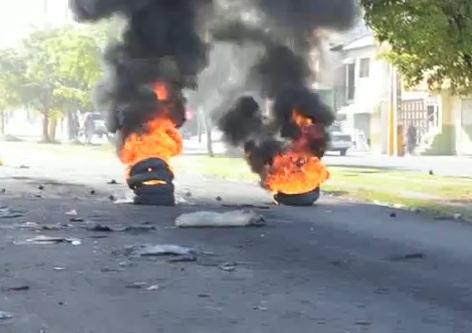 Protestan en Higüey por largas tandas de apagones y arreglo de sus calles