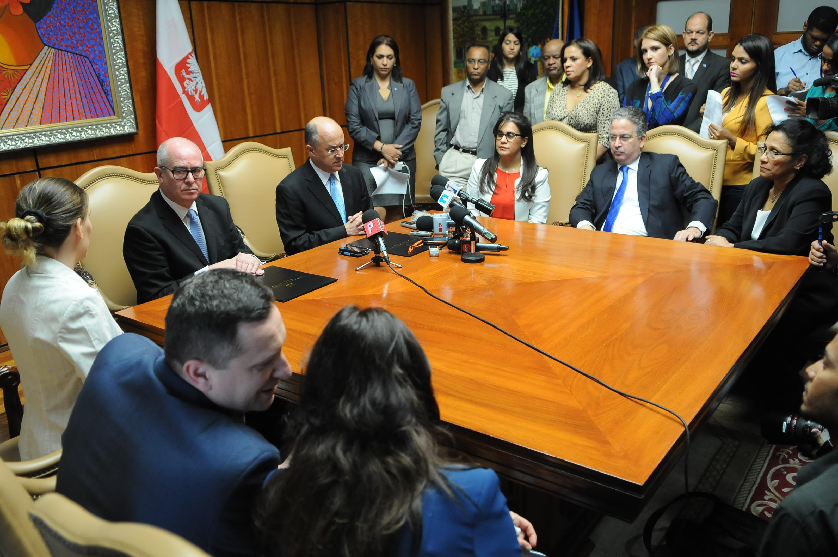 Familiares de víctimas del padre Gil acuden al despacho del procurador Domínguez Brito