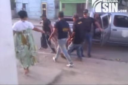¡Para arrestarlo! Agentes DNCD arrastran hombre desnudo fuera de su casa