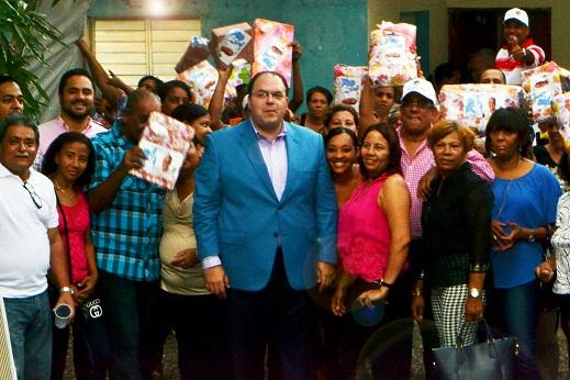 Secretario General PRD obsequia regalos a cientos de madres en la Capital