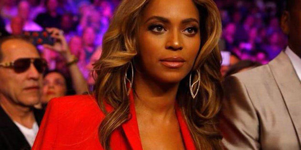 Beyoncé llama la atención con atrevido escote en la