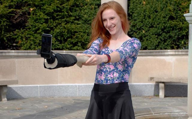 El «brazo-selfie»: un curioso invento para que parezca que no estás solo