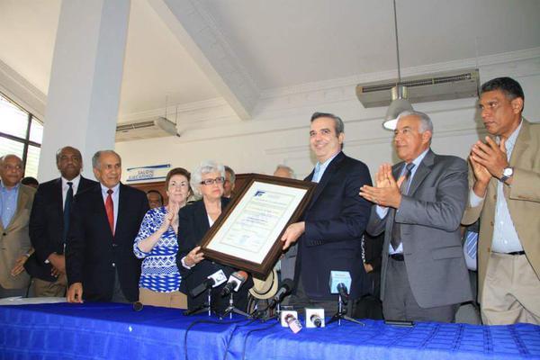 Entregan certificado acredita a Abinader como candidato presidencial PRM