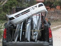 Hallan carro desmantelado en cabaña; fue robado durante un asalto