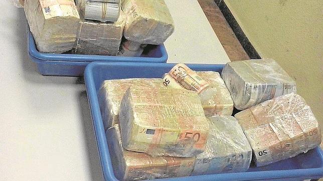 Detienen hombre por intentar evadir 895 mil euros en sobres de café