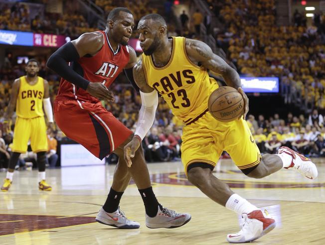 James y Cavaliers barren a Hawks y vuelven a las Finales de la NBA