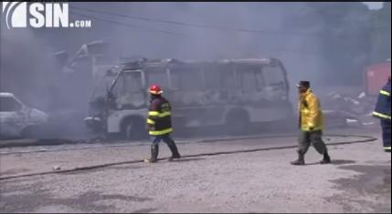 Incendio consume almacén de guaguas de Conatra