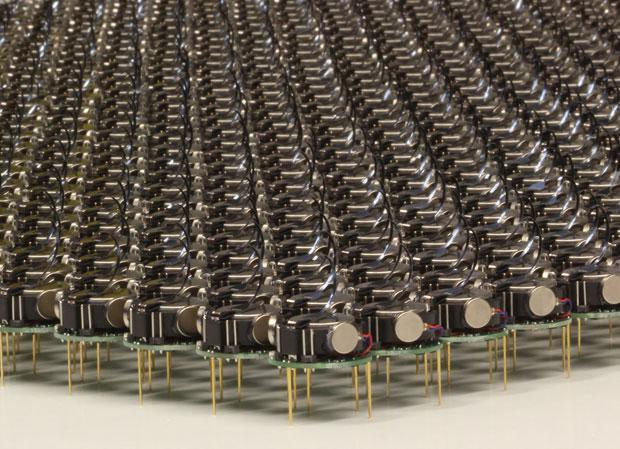 Logran que mil robots se coordinen solos para ejecutar tareas al unísono
