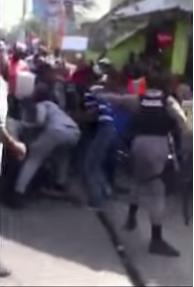 ¡Captado en cámara! Policías agreden a manifestantes en Haina