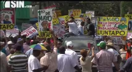 Miembros de centrales sindicales marchan a propósito del Día del Trabajador