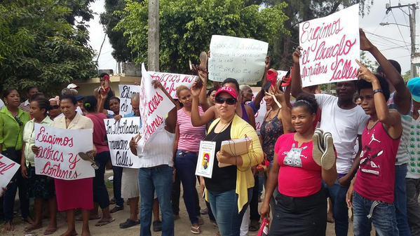 """Marchan en """"Chancletas"""" exigiendo arreglo de las vías en Los Alcarrizos"""