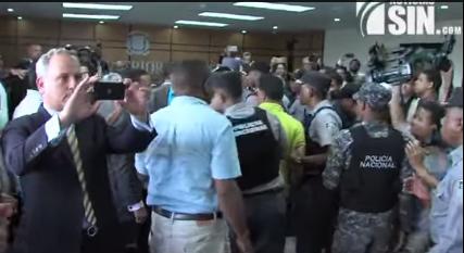 Fuertes enfrentamientos entre Policía Nacional y seguidores de Gómez Mazara en el TSE