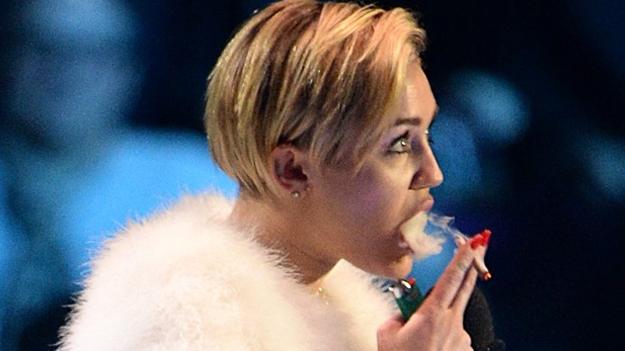 Miley Cyrus publica fotografías en las redes fumando marihuana