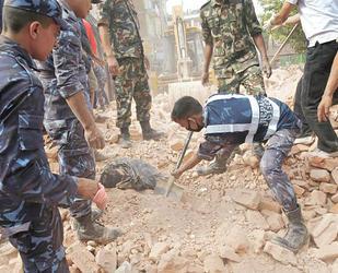 Se elevan a 6 mil 621 los muertos en Nepal al cumplirse una semana del terremoto