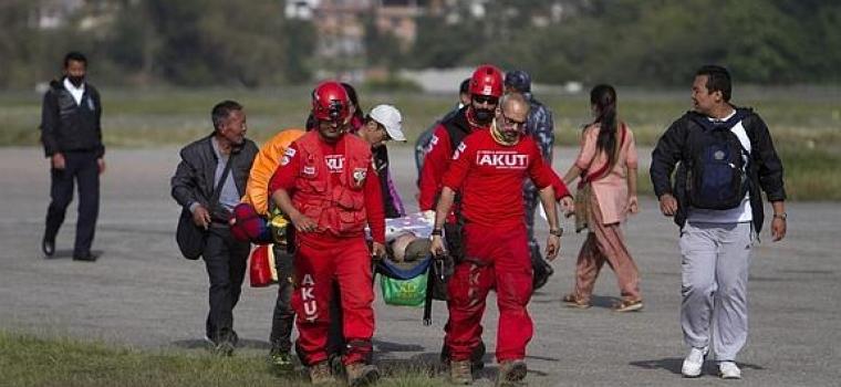 Un nepalí de 100 años es rescatado con vida una semana después del terremoto