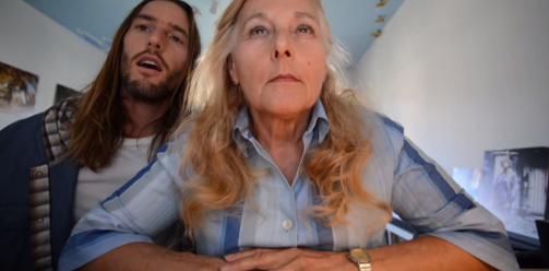 Joven realiza video para conseguirle novio a su mamá
