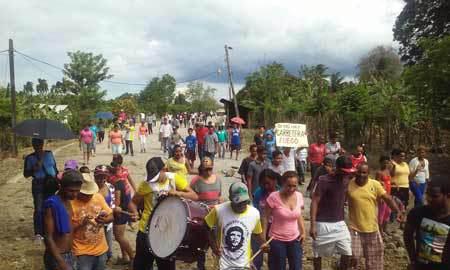 Realizan paro por 48 horas en Manga Larga; exigen rehabiliten carretera