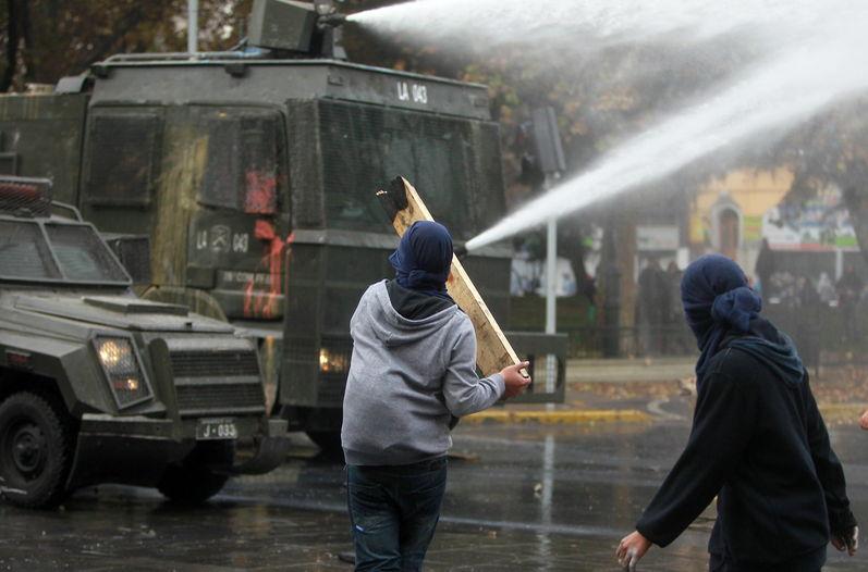 Heridos, saqueos e incendios tras protestas estudiantiles en Chile