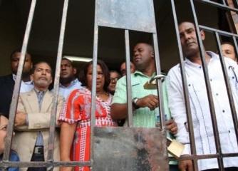 Permanecen detenidos 15 de 18 seguidores de Guido