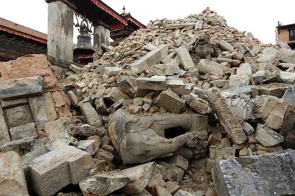 Los muertos superan los 6,800 y los heridos los 14,000 en el seísmo en Nepal