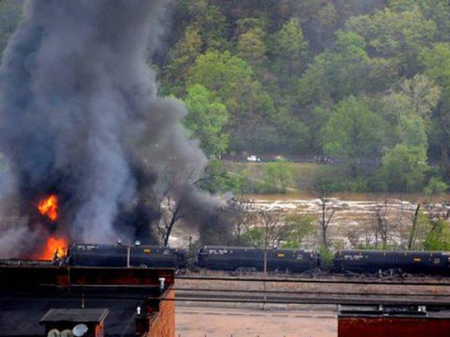 Tren que transportaba petróleo crudo descarrila y se incendia en EE.UU.