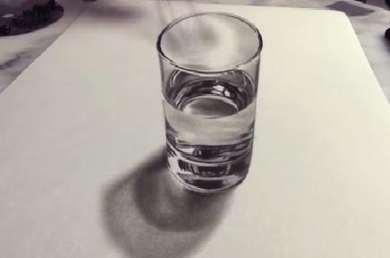 ¿Tienes sed? Un vaso con agua como este no es la salida