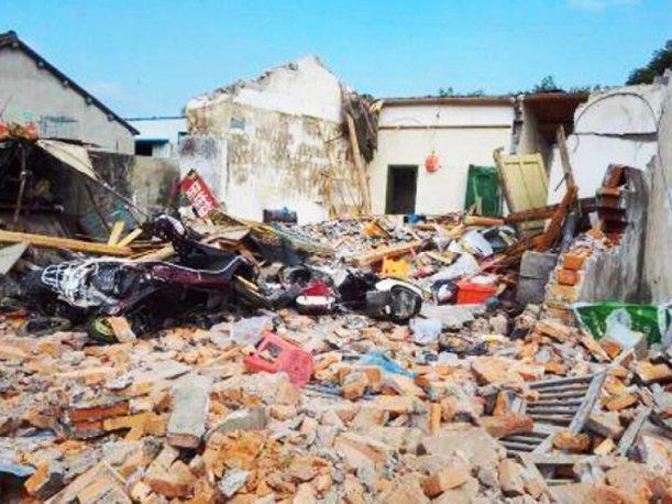 Derriba la casa de su suegro con una excavadora en Pekín