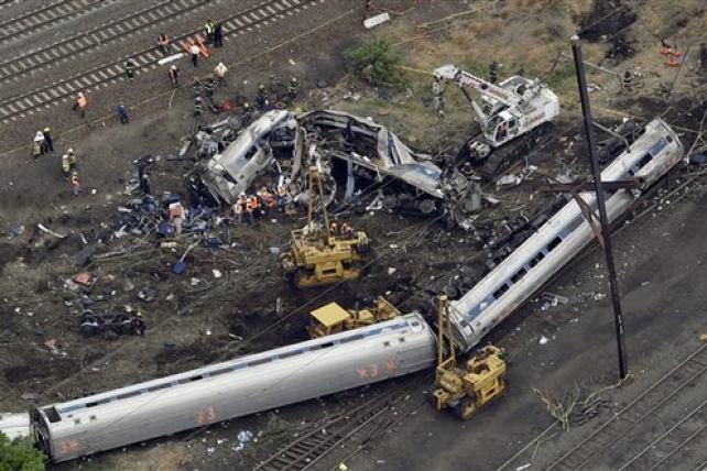 Suben a seis los muertos al descarrilar un tren en Filadelfia