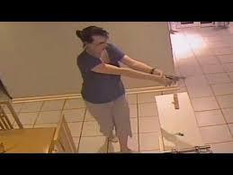¡Ni corta ni perezosa! Mujer se enfrenta a ladrones mientras su novio duerme