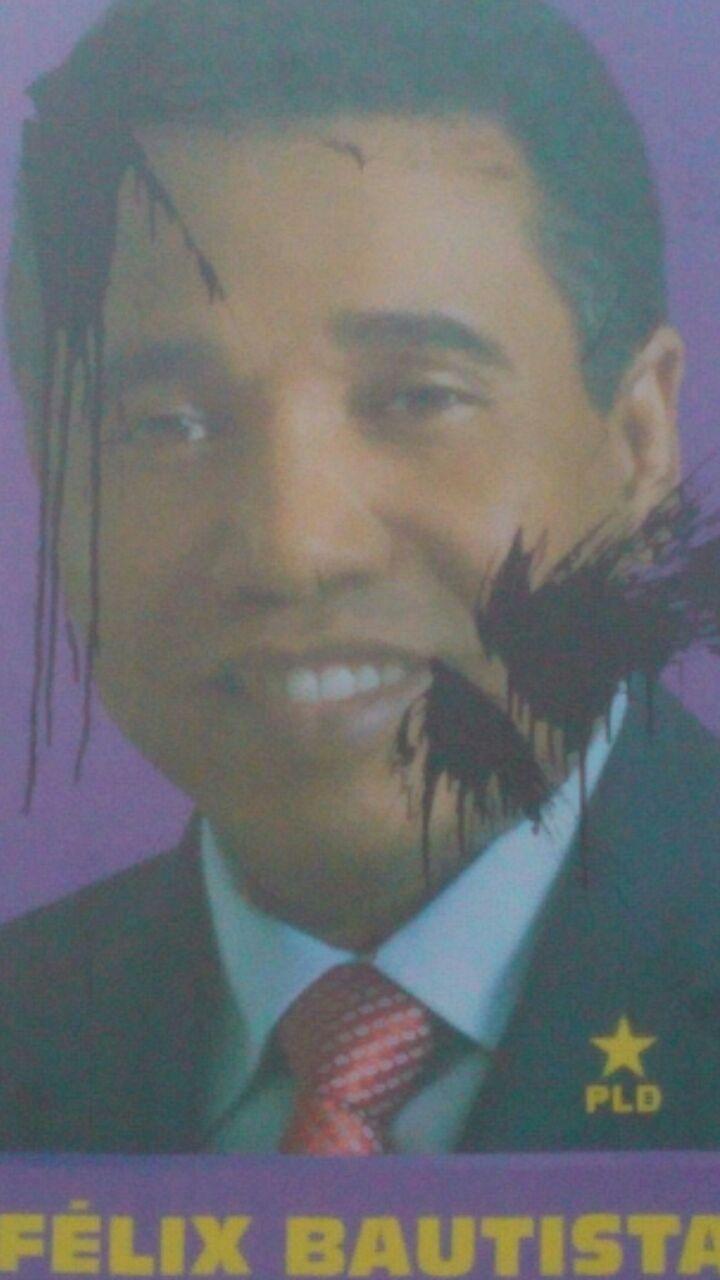 Varios afiches del senador Felix Bautista vuelven a ser manchados con pintura negra en SJM