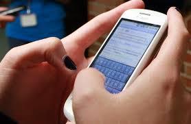 Los estudiantes a los que se les prohíbe el móvil incrementan sus notas un 6%, según estudio