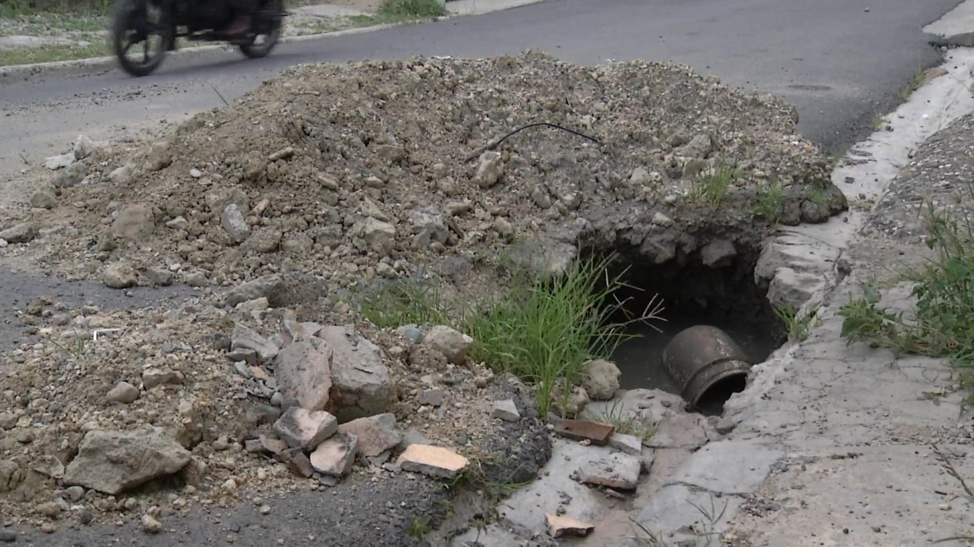 Residentes en Manoguayabo denuncian peligra vida de peatones por hoyo en la vía
