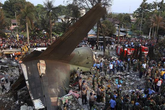 Fotos: Ascienden a 135 muertos al estrellarse un avión militar en Indonesia