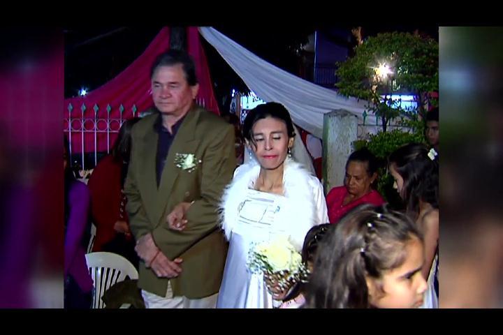 Mujer sufre cáncer terminal se casa con el padre de sus hijos