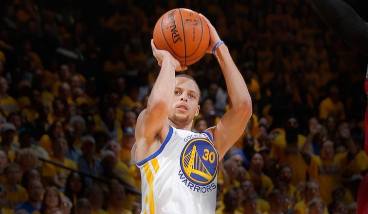 Curry, anillo y triunfo, en comienzo defensa del título; Gasol amargó a James