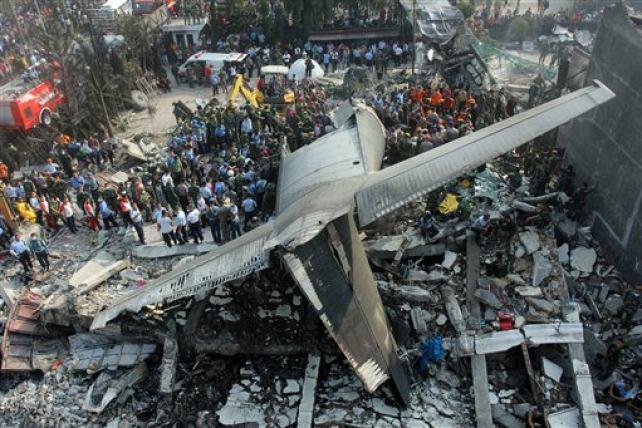 Avión militar se estrella en una zona residencial de Indonesia dejando decenas de muertos
