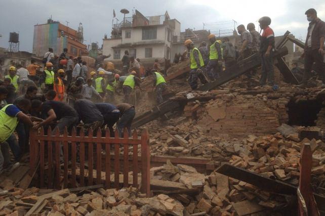 Aumenta a 76 el número de muertos por terremoto de 7,3 grados en Nepal