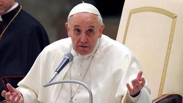 El papa Francisco dice que, antes de juzgar, es mejor callarse